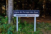 France, Ardèche (07), parc naturel régional des Monts d'Ardèche, Massif du Mézenc, panneau Ligne de Partage des Eaux Méditerrannés-Atlantiques // France, Ardeche (07), regional natural park of Monts d'Ardèche, Mediterranean-Atlantic Watershed Line panel