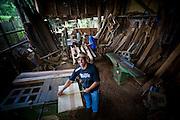 Prados_MG, Brasil..Artesanato em madeira em Vitoriano Veloso (Bichinho), Minas Gerais..Wooden handicraft at Vitoriano Veloso (Bichinho), Minas Gerais...Foto: JOAO MARCOS ROSA / NITRO