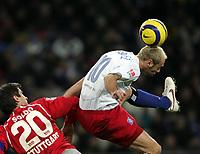Fotball<br /> Bundesliga Tyskland 2004/05<br /> Hamburger SV v Vfb Stuttgart<br /> 12. februar 2005<br /> Foto: Digitalsport<br /> NORWAY ONLY<br /> Zvonimir Soldo, Sergej Barbarez HSV