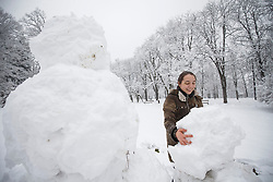 07.02.2018, Innenstadt, Graz, AUT, Schnee in Graz, im Bild Schneemann bauen im Stadtpark am 7. Februar 2018, EXPA Pictures © 2018, PhotoCredit: EXPA/ Erwin Scheriau