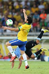 Fred disputa com Arévalos Rios lance da partida entre Brasil e Uruguai válida pela Copa das Confederações, no Estádio Mineirão, em Belo Horizonte-MG. FOTO: Jefferson Bernardes/Preview.com