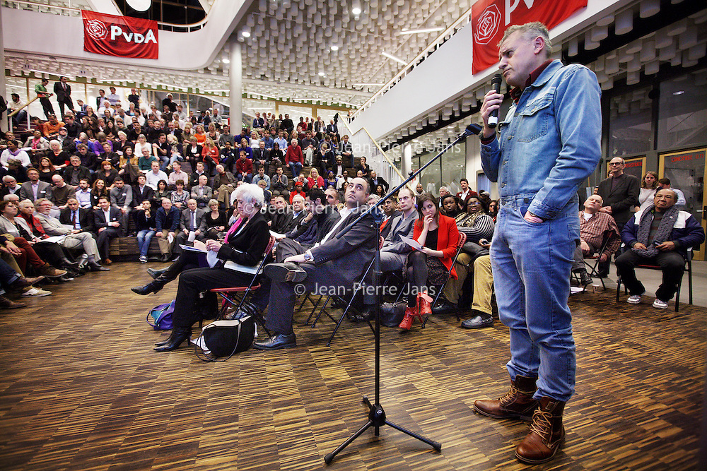 Nederland, Amsterdam , 29 november 2013.<br /> ALV PvdA Amsterdam in Sint Nicolaaslyceum aan de Beethovenstraat in Amsterdam.<br /> Op de foto: Thomas von der Dunk agiteert op het een en ander.<br /> Foto:Jean-Pierre Jans