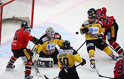 20.10.2015, Albert Schultz Eishalle, Wien, AUT, EBEL, UPC Vienna Capitals vs HC Orli Znojmo, 14. Runde, im Bild Branislav Rehus (HC Orli Znojmo), Nathan Lawson (UPC Vienna Capitals), Mario Fischer (UPC Vienna Capitals), Sven Klimbacher (UPC Vienna Capitals) und Peter Pucher (HC Orli Znojmo) // during the Erste Bank Icehockey League 14th Round match between UPC Vienna Capitals and HC Orli Znojmo at the Albert Schultz Ice Arena, Vienna, Austria on 2015/10/20. EXPA Pictures © 2015, PhotoCredit: EXPA/ Thomas Haumer