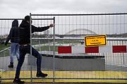 Nederland, Nijmegen, 9-2-2020 In Nijmegen en de aangrenzende Ooijpolder staat het water van de Waal op het maximum van deze golf van de Rijn uit Duitsland . Veel dagjesmensen en natuurliefhebbers komen op het verhoogde water af. De waalkade is vorig jaar voor een deel met 1 meter verlaagd, en loopt daarom sneller onder als voorheen, wat veel belangstellenden trekt . De gemeente heeft de voetgangersbrug naar het Lentereiland afgesloten vanwege gedeeltelijke overstroming.Foto: Flip Franssen