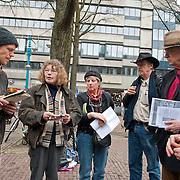"""Vandaag werd op het Beursplein te Amsterdam onder een handvol actievoerders vergaderiing gehouden. Robert Jan Kelder, oprichter en directeur van de Stichting Uitgeverij Willehalm Instituut maakte van de gelegenheid gebruik een hield een presentatie van het zojuist verschenen boek """"Doodlopende weg - waarom de Nederlandse geheime dienst haar top geheimagent Theo van Gogh heeft vermoord"""" van Slobodan Mitric, alias Karate Bob. Foto JOVIP/JOHN VAN IPEREN"""
