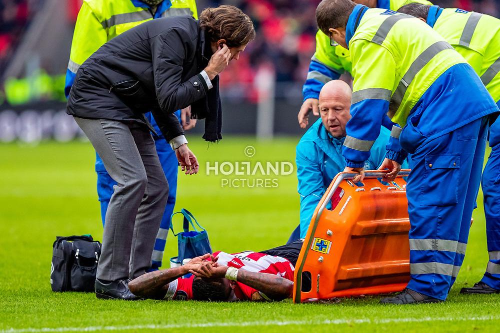 03-02-2019: Voetbal: PSV v Fortuna Sittard: Eindhoven<br /> Eredivisie - Seizoen 2018-2019<br /> (L-R) Medical manager Wart van Zoest (PSV), #17 Steven Bergwijn (PSV), Fysiotherapeut Maarten Gozeling (PSV)