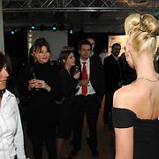NLD/Amsterdam/20070322 - Lancering Montblanc Diamond Jewellery Collection, klanten bekijken model met topcollectie ter waarde van 2.4 miljoen om haar nek