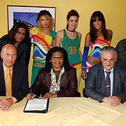 Ondertekenen contract optreden Koninginnedag 2004 door Dare en Massada, samen met Frits Groenewoud en dhr. van der Hulst