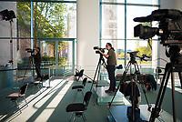DEU, Deutschland, Germany, Berlin, 23.04.2020: Bundeskanzleramt, Foyer Süd, zwei Kameramänner bereiten sich auf ein Statement der Bundeskanzlerin vor.