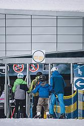 THEMENBILD - Skifahrer beim Einstieg in einem Lift mit den Hinweis Mund Nasen Schutz Pflicht am Skigebiet Kitzsteinhorn, aufgenommen am 21. Oktober 2020 in Kaprun, Österreich // Skiers entering a lift with the notice Mouth Noses Protection obligatory at the Kitzsteinhorn ski resort, Kaprun, Austria on 2020/10/21. EXPA Pictures © 2020, PhotoCredit: EXPA/ JFK