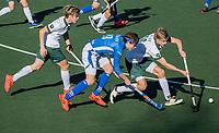 UTRECHT -  Derck de Vilder (Kampong) met Menno Boeren (Rotterdam) en Justen Blok (Rotterdam)  tijdens de competitie hoofdklasse hockeywedstrijd mannen,  Kampong-Rotterdam (6-3)  COPYRIGHT  KOEN SUYK