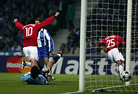 PORTO-25 FEVEREIRO:VAN NISTELROOY#10 festeja o golo de QUINTON FORTUNE#25 no jogo F.C. Porto vs Manchester United F.C. primeira mao dos oitavos de final da Liga dos campeoes realizado no estadio do Dragao 25/02/2004.<br />(PHOTO BY:GERARDO SANTOS/AFCD)