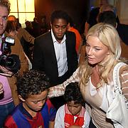 NLD/Amsterdam/20060529 - Boekpresentatie autobiografie van Patrick Kluivert, Patrick, ex vrouw Angela Kluivert met zoon Ruben en Justin