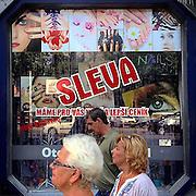 Discount. #prag #praha #prague #czechrepublic #street #zizkov #latergram #public #window #discount #people #nails #nailstudio