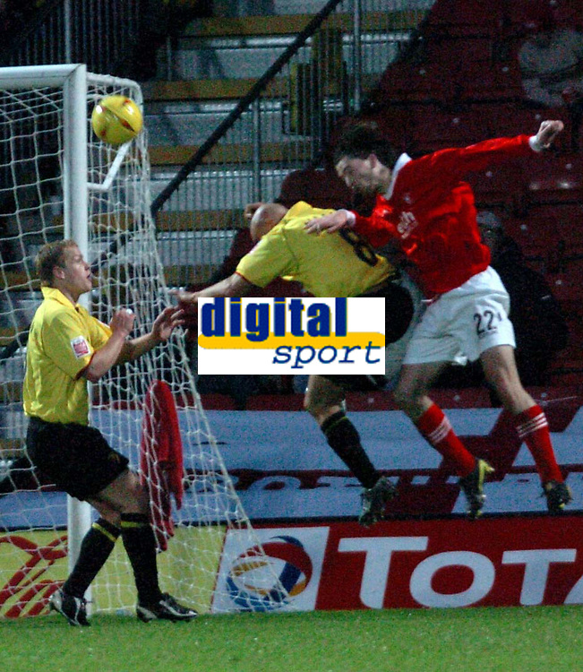 Fotball<br /> England 2004/2005<br /> Foto: SBI/Digitalsport<br /> NORWAY ONLY<br /> <br /> Watford v Rotheham United<br /> Coca-Cola Championship. 20/11/2004.<br /> <br /> Shaun Barker (Rotherham) heads the ball for goal.