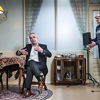 Nederland, Den Haag, 20 maart 2016.<br /> tv-opnames voor DementieTv in kamers die in jaren 50-stijl zijn ingericht (Herinneringsmuseum). DementieTv wil vanaf dit najaar dagvullende programma's verzorgen die zijn afgestemd op de verstandelijke en emotionele vermogens/behoeften van mensen met (vergevorderde) dementie.<br /> Op de foto:Fons Fluitman met gebarentaal tijdens de opnames.<br /> <br /> TV recordings for DementieTv in rooms decorated in 50 's style ( Memorial Museum). DementieTv will provide full-day programs this fall that are tailored to the intellectual and emotional capacities / needs of people with ( advanced ) dementia.<br /> On the phote: Fons Fluitman with sign language during the shooting .<br /> <br /> <br /> Foto: Jean-Pierre Jans