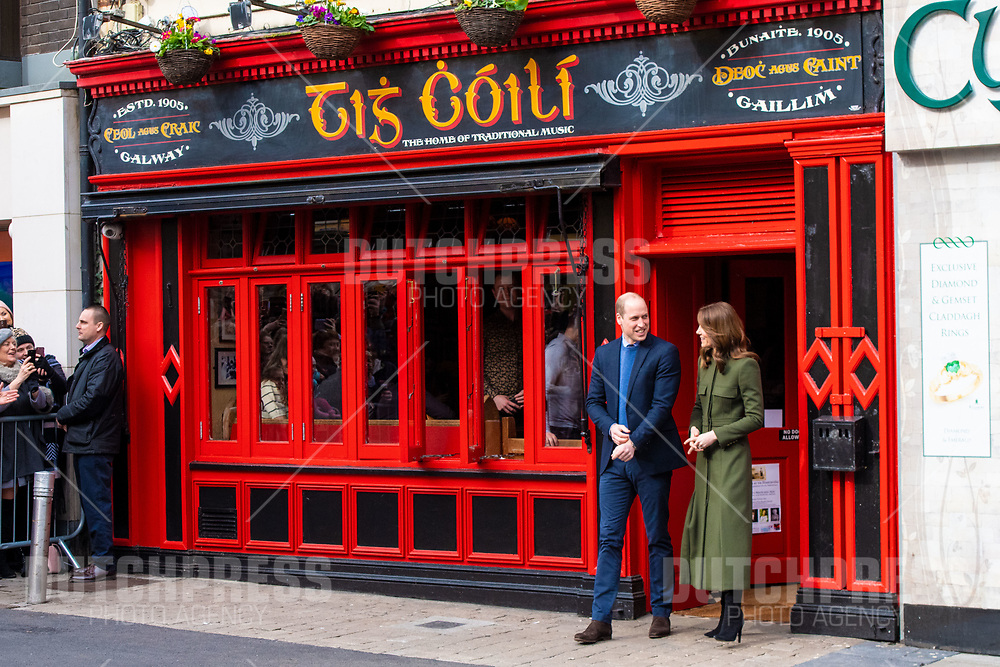 GALWAY - Prins William en Catherine, Hertog en Hertogin van Cambridge bij een bezoek aan Tig Coili in Galway.