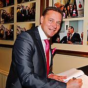 NLD/Amsterdam/20110125 - Opening Amsterdamse Effectenbeurs door cast Legally Blond, Albert Verlinde signeert het gastenboek van de Beurs