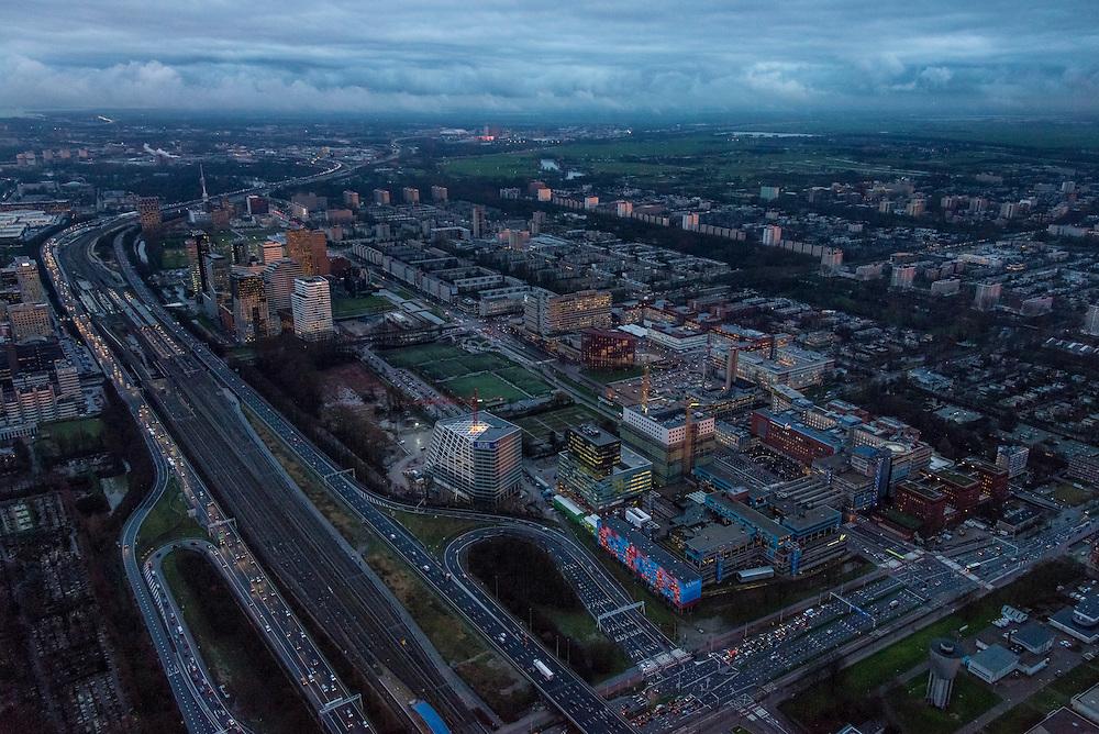 Nederland, Noord-Holland, Amsterdam, 16-01-2014; zicht op de Zuidas in de avondschemering en bij ondergaande zon. Foto richting Station Zuid-WTC, World Trade Centre (WTC) en Ring A10. Rechts de VU en VUmc. Verder in beeld hoofdkantoor ABN-AMRO, de woontorens Symphony 1 en 2 (onderdeel Gershwin), de Vinoly-toren en Ito-toren (onderdeel Mahler4), Atrium.<br /> Zuid-as, 'South axis', financial center in the South of Amsterdam, with o.a. headquarters of former ABN AMRO, World Trade Centre (WTC) en Ring Road A10. Amsterdam equivalent of 'the City', financial district. <br /> luchtfoto (toeslag op standaard tarieven);<br /> aerial photo (additional fee required);<br /> copyright foto/photo Siebe Swart.