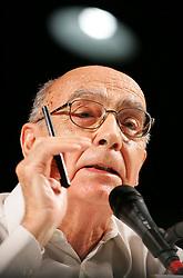 O escritor portugues José Saramago e prêmio Nobel de Literatura 1998 fala para os participantes do V Forum Social Mundial, em Porto Alegre. FOTO: Jefferson Bernardes/ Agência Preview