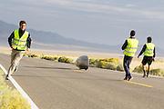 Andrea Gallo start tijdens de kwalificaties op maandagochtend. Het Human Power Team Delft en Amsterdam (HPT), dat bestaat uit studenten van de TU Delft en de VU Amsterdam, is in Amerika om te proberen het record snelfietsen te verbreken. In Battle Mountain (Nevada) wordt ieder jaar de World Human Powered Speed Challenge gehouden. Tijdens deze wedstrijd wordt geprobeerd zo hard mogelijk te fietsen op pure menskracht. Het huidige record staat sinds 2015 op naam van de Canadees Todd Reichert die 139,45 km/h reed. De deelnemers bestaan zowel uit teams van universiteiten als uit hobbyisten. Met de gestroomlijnde fietsen willen ze laten zien wat mogelijk is met menskracht. De speciale ligfietsen kunnen gezien worden als de Formule 1 van het fietsen. De kennis die wordt opgedaan wordt ook gebruikt om duurzaam vervoer verder te ontwikkelen.<br /> <br /> The Human Power Team Delft and Amsterdam, a team by students of the TU Delft and the VU Amsterdam, is in America to set a new world record speed cycling.In Battle Mountain (Nevada) each year the World Human Powered Speed Challenge is held. During this race they try to ride on pure manpower as hard as possible. Since 2015 the Canadian Todd Reichert is record holder with a speed of 136,45 km/h. The participants consist of both teams from universities and from hobbyists. With the sleek bikes they want to show what is possible with human power. The special recumbent bicycles can be seen as the Formula 1 of the bicycle. The knowledge gained is also used to develop sustainable transport.
