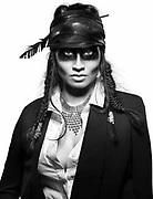 portrait photo en noir et blanc d'une indienne maquillée pour la couverture du magazine calédonien Must.