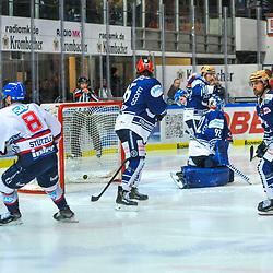 0:3 durch Mannheims Tommi Huhtala (Nr.61), v.r. Mannheims Tim Stuetzle (Nr.8), Iserlohns Erik Buschmann (Nr.15), Iserlohns Andreas Jenike (Nr.92), Iserlohns Alexander Petan (Nr.10)  im Spiel in der DEL, Iserlohn Roosters (dunkel) - Adler Mannheim (hell).<br /> <br /> Foto © PIX-Sportfotos *** Foto ist honorarpflichtig! *** Auf Anfrage in hoeherer Qualitaet/Aufloesung. Belegexemplar erbeten. Veroeffentlichung ausschliesslich fuer journalistisch-publizistische Zwecke. For editorial use only.