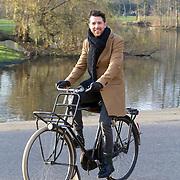 NLD/Amsterdam/20151215 -  Nominatielunch Musical Awards Gala 2016, William Spaaij op de fiets