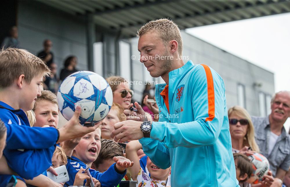 """Nederland,Leeuwarden, 28 mei 2014.<br /> Oranje-fandag georganiseerd door ING bij voetbalvereniging Blauw Wit"""" 34 Leeuwarden.<br /> Op de foto: Casper Cillessen geeft handtekeningen aan fans<br /> <br /> Foto: Jean-Pierre Jans"""