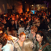 NLD/Amsterdam/20060402 - Modeshow Chick on a Mission Winter 2006, publiek staat te wachten om binnen te kunnen