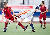 DEN BOSCH -  Roel Bovendeert (r) in duel met de Engelsman Brendan Reed tijdens de wedstrijd tussen de mannen van Jong Oranje  en Jong Engeland, tijdens het Europees Kampioenschap Hockey -21. ANP KOEN SUYK
