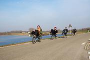 In Nijmegen rijden leden van het Human Power Team op een ligfiets om uit te proberen hoe dat is. In september wil het Human Power Team Delft en Amsterdam, dat bestaat uit studenten van de TU Delft en de VU Amsterdam, tijdens de World Human Powered Speed Challenge in Nevada een poging doen het wereldrecord snelfietsen voor vrouwen te verbreken met de VeloX 8, een gestroomlijnde ligfiets. Het record is met 121,81 km/h sinds 2010 in handen van de Francaise Barbara Buatois. De Canadees Todd Reichert is de snelste man met 144,17 km/h sinds 2016.<br /> <br /> In Nijmegen the Human Power Team ride recumbents for practising. With the VeloX 8, a special recumbent bike, the Human Power Team Delft and Amsterdam, consisting of students of the TU Delft and the VU Amsterdam, also wants to set a new woman's world record cycling in September at the World Human Powered Speed Challenge in Nevada. The current speed record is 121,81 km/h, set in 2010 by Barbara Buatois. The fastest man is Todd Reichert with 144,17 km/h.