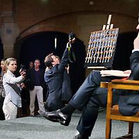 Nederland, Amsterdam , 29 april 2010..Loco burgemeester Lodewijk Asscher bereidt zich voor op zijn speech voor het uitreiken van de koninklijke lintjes in de Beurs van berlage..Op de achtergrond fotograferen bezoekers het bord met de talloze lintjes..Foto:Jean-Pierre Jans