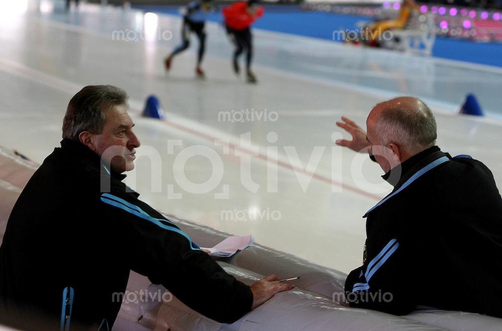 Erfurt , 170207 , Eisschnelllauf Weltcup , 10000m Maenner  Trainer Stephan GNEUPEL (l.) im Gespraech mit Trainer Thomas SCHUBERT (beide GER)