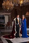 Staatsiefoto's Zijne Majesteit Koning Willem-Alexander en Hare Majesteit Koningin Máxima April 2013<br /> <br /> Het auteursrecht van deze hoge resolutie foto berust bij de RVD. De foto mag worden gedownload voor privégebruik en gebruik voor niet-commerciële educatieve doeleinden. Daarnaast is redactioneel gebruik door nieuwsmedia toegestaan. Voor het plaatsen van deze foto op gebruiksvoorwerpen bestemd om in omloop te brengen behoeft vooraf geen toestemming te worden gevraagd. De RVD behoudt zich echter het recht voor achteraf op te treden, als de (wijze van) openbaarmaking van de foto naar RVD-oordeel in strijd is met de Koninklijke waardigheid, of te beschouwen is als promotioneel gebruik, of gebruik met een commercieel of ideëel oogmerk. De RVD reageert niet op vragen van derden of in bepaalde gevallen (juridische) stappen worden ondernomen.