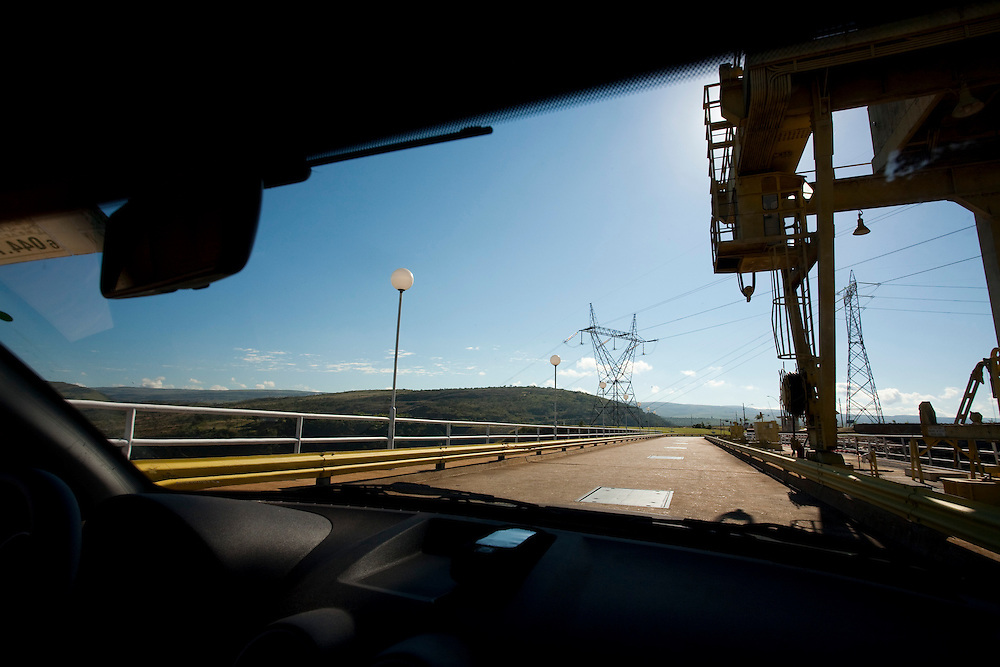 Sao Jose da Barra_MG, Brasil...Carro na rodovia proximo a hidreletrica de Furnas...A car on highway next to Furnas hydroelectric plant...Foto: LEO DRUMOND / NITRO