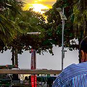 THA/Pattaya/20180723 - Vakantie Thailand 2018, ondergaande zon tussen de bomen boven de zee