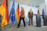 10 JAN 2007, BERLIN/GERMANY:<br /> Angela Merkel (L), CDU, Bundeskanzlerin, und Franz Muentefering (R), SPD, Bundesarbeitsminister, nach Ende einer Pressekonferenz zu den Ergebnissen der vorangegangenen Kabinettsitzung, Bundeskanzleramt<br /> IMAGE: 20070110-01-032<br /> KEYWORDS: Franz Müntefering, auf dem Weg