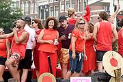 De jaarlijkse Canal Parade is onderdeel van de Amsterdam Gay Pride. Tijdens dit evenement vieren lesbiennes, homos, biseksuelen en transgenders (LHBT) dat ze mogen zijn wie ze zijn en mogen houden van wie ze willen. <br /> <br /> The annual Canal Parade is part of the Amsterdam Gay Pride. During this event lesbians, homosexuals, bisexuals and transgenders (LGBT) celebrate that they can be who they are and are allowed to love who they want.<br /> <br /> Op de foto / On the photo:  Ferri Somogyi , Everon Jackson Hooi , Caroline De Bruijn