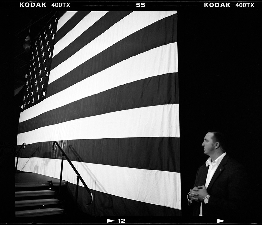 A U.S. Secret Service agent provides security at a campaign event for Democratic presidential candidate Hillary Clinton in Des Moines, Iowa. © Photo by Jim Young
