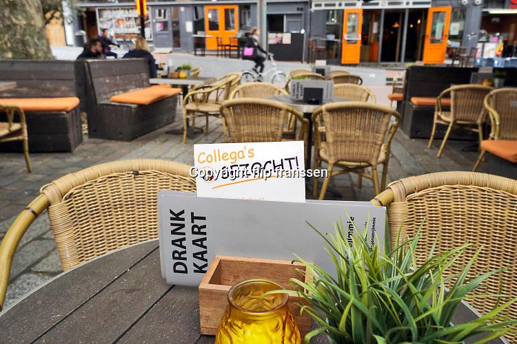 Nederland, Nijmegen, 6-7-2019Op het terras van een cafe staat een personeelsadvertentie op tafeltjes . Collega gezocht . Foto: Flip Franssen