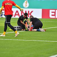 13.09.2020, Carl-Benz-Stadion, Mannheim, GER, DFB-Pokal, 1. Runde, SV Waldhof Mannheim vs. SC Freiburg, <br /> <br /> DFL REGULATIONS PROHIBIT ANY USE OF PHOTOGRAPHS AS IMAGE SEQUENCES AND/OR QUASI-VIDEO.<br /> <br /> im Bild: Mark Flekken (#26, SC Freiburg) verletzt sich beim Aufwaermen am linken Arm und muss behandelt werden. Bekommt eine Schiene angelegt<br /> <br /> Foto © nordphoto / Fabisch