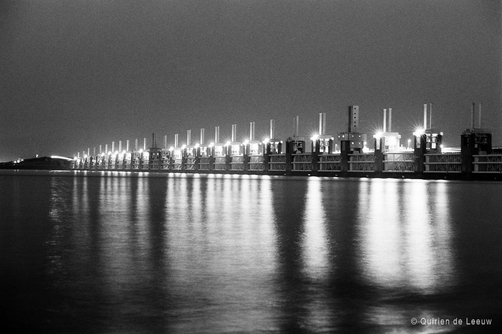De Oosterscheldekering bij nacht, Zeeland