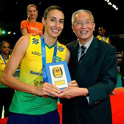 23-08-2009 VOLLEYBAL: WGP FINALS CEREMONY: TOKYO <br /> Brazilie wint de World Grand Prix 2009 / Sheilla Castro best MVP krijgt de felicitaties van Jizhong Wei<br /> ©2009-WWW.FOTOHOOGENDOORN.NL