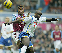 Fotball<br /> Premier League 2004/2005<br /> 06.11.2004<br /> Foto: SBI/Digitalsport<br /> NORWAY ONLY<br /> <br /> Aston Villa v Portsmouth<br /> <br /> VILLA'S ULISES DE LA CRUZ AND PORTSMOUTH LOMANA TRESOR LUALUA