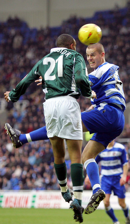 Fotball<br /> England 2004/2005<br /> Foto: SBI/Digitalsport<br /> NORWAY ONLY<br /> <br /> Reading V Plymouth Argyle<br /> The Coca_Cola Championship.<br /> Madejski Stadium<br /> 05/02/2005<br /> Plymouth's Dexter Blackstock tries to head the ball into goal against Reading's Ivar Ingimarsson