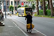 In Utrecht rijdt een fietser aan de verkeerde kant van de weg tegen het verkeer in.<br /> <br /> In Utrecht a cyclist rides at the wrong side of the road.