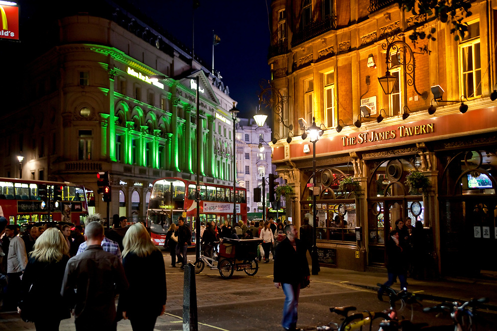 Londyn, 2009-10-23. Londyn nocą, pub St. James Tawern, Windmill Street, Piccadilly.