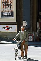 Italie, Toscane, Florence, homme au velo // Italian man with cycle, Florence , Tuscany, Italy