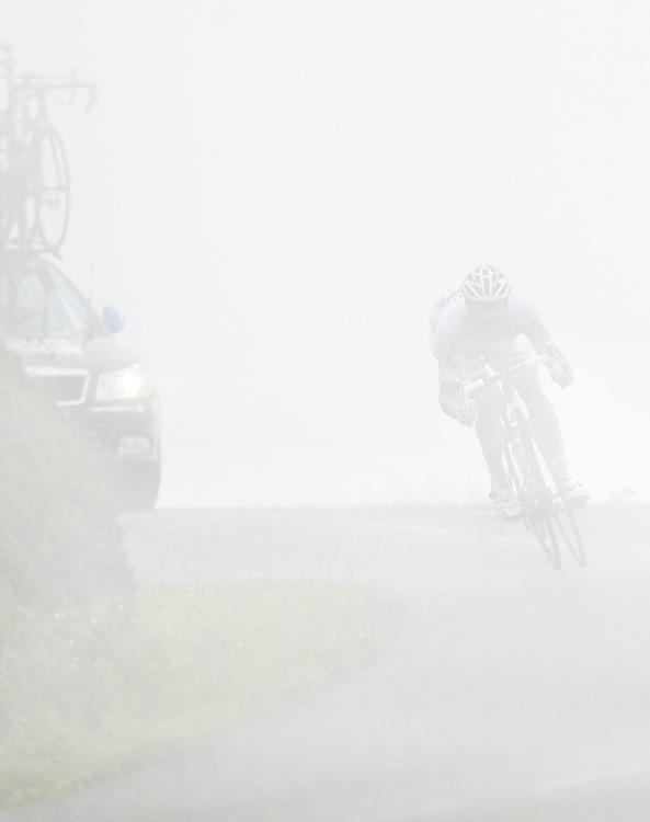 Frankrijk, Col d'Aubisque, 15-07-2011.<br /> Wielrennen, Tour de France, 13e Etappe.<br /> Thor Hushovd , de winnaar van de etappe naar Lourdes, daalt van de Col d'Aubisque af in zeer dichte mist.<br /> Foto: Klaas Jan van der Weij